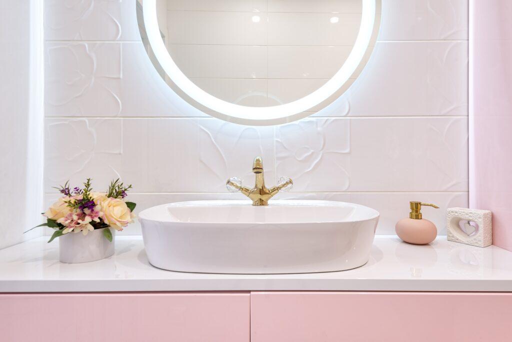 Boazeria, glazura czy terakota - Kobieca łazienka fot. Max Vakhtbovych