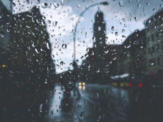 Deszczowa pogoda wpływa na nastrój.