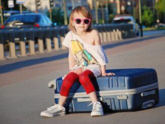 pierwszy samodzielny wyjazd dziecka, wakacje, walizka, obóz